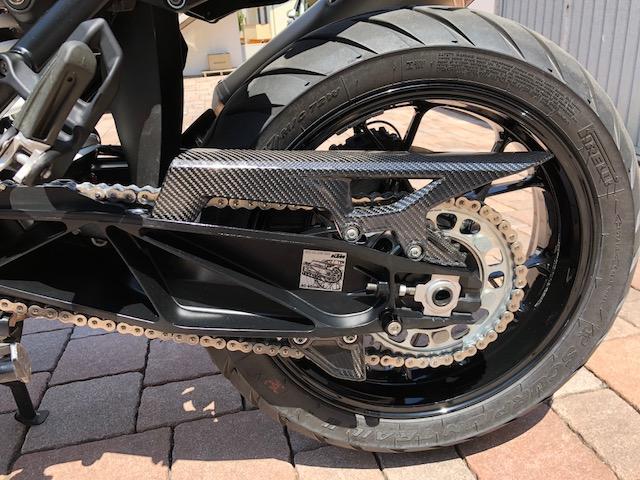 CARBON CHAIN GUARD for a motorcycle Carbon Kettenschutz für ein Motorrad
